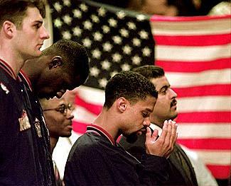 Abdul-Rauf Amerikan Milli Marşı esnasında dua ederken