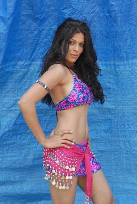tollywood item girl jyothi raana from the backdrop of shooting spot hot images