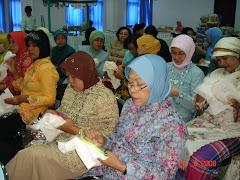Demo  & Praktek Sulam Pita pada Pertemuan KDKS. Oleh : Ibu Laksmiwati Etty.