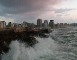 مشهد من مدينة كورنيش مدينة الإسكندرية في فصل الشتاء