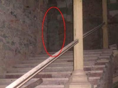 شبح راهبة تلبس رداء أبيض !، تقف أعلى الدرج