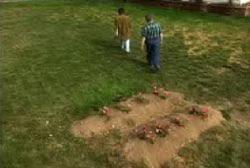 تم إعادة دفن البقايا في قبرين جديدين وهما يخصان بيتي وتشارلي توماس