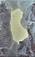 صورة التقطت عبر الأقمار الصناعية تبين منطقة وادي الموت والبحيرة الجافة التي اكتشفت الصخور المتحركة فيها