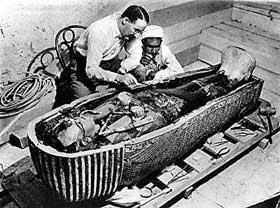 هوارد كارتر فتح قبر توت عنخ آمون في فبراير 1923 ومات في مارس 1939.
