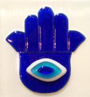 خمسة وخميسة ، الخرزة الزرقا، يد فاطمة كانت وما تزال رمزاً للوقاية من الحسد لدى المجتمعات العربية