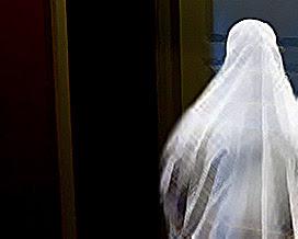 شاهدت شبح امرأة ترتدي البياض
