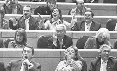 Los senadores del PP boicotean la intervención de Zapatero con insultos y abucheos. El País. 08/03/07