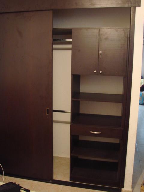 Closet con puertas corredizas de madera de maple o for Puertas corredizas para closet