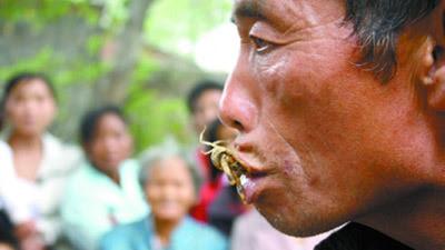 Un homme  mange les scorpions