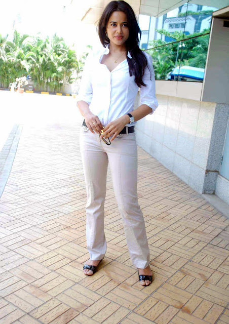 sameera reddy visits dreams home ngo in mumbai photo gallery