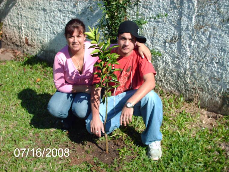 Aluno e sua tia com a bergamoteira plantada.
