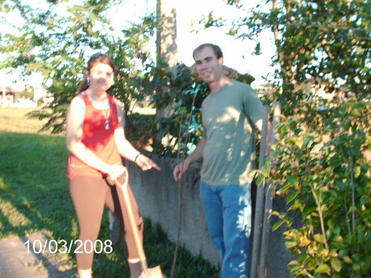 Aluna Amanda Dulesko e sua muda de caqui de chocolate