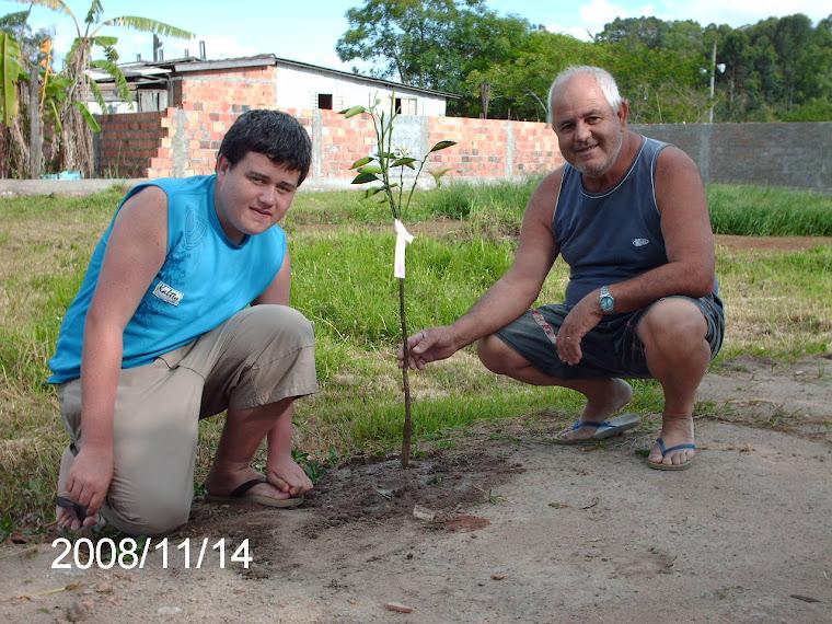 O aluno Allan Chionha Oliveira da Escola Nestor acompanhado de seu pai