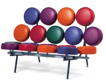 se da lo que conocemos como los primeros muebles tipo pop con el silln marshmallow y el reloj de bolas