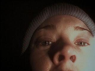 Heather Donahue le habla a la cámara en 'El proyecto Blair Witch'