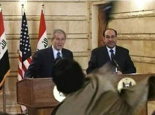 Muntazer al-Zeidi tira le sue scarpe a George Bush