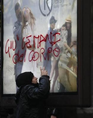 Manifestante escreve protesto em outdoor da Relish em Nápoles