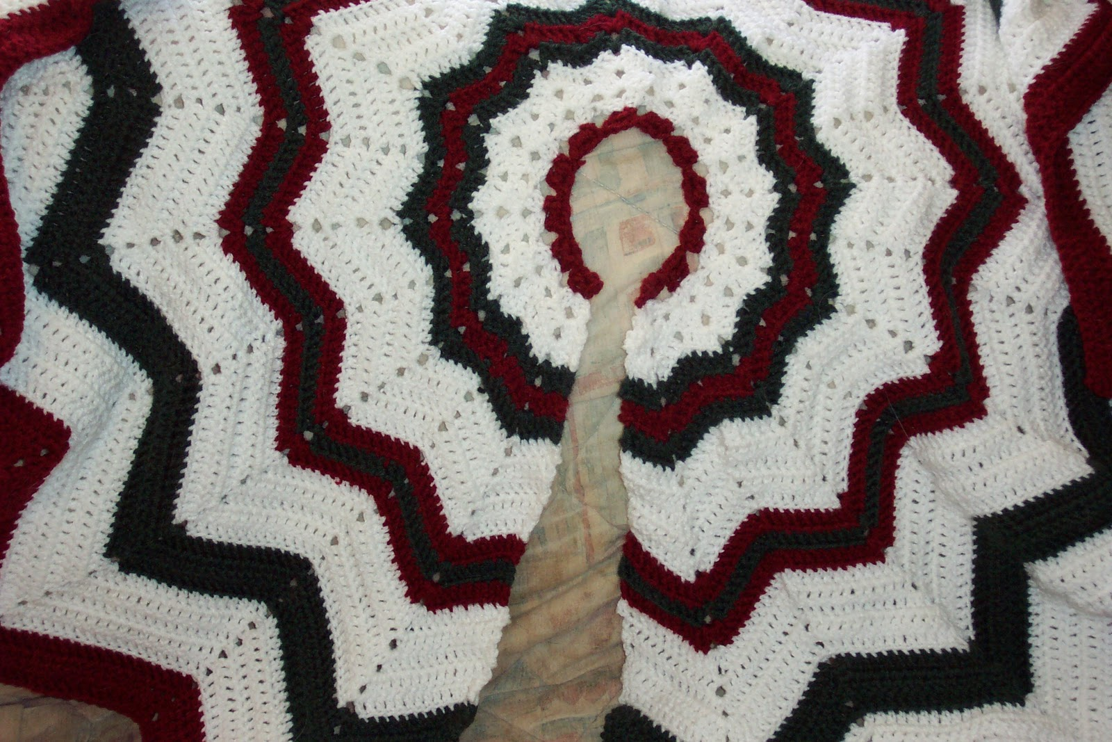 Knit Tree Skirt Pattern : SmoothFox Crochet and Knit: Dont forget the Christmas Tree Skirt Free Pa...
