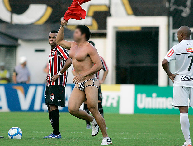 sunga SPFC Santos santista gol cueca comemorao boiola  blog  Torcedor com sunga bizarra invade gramado na Vila