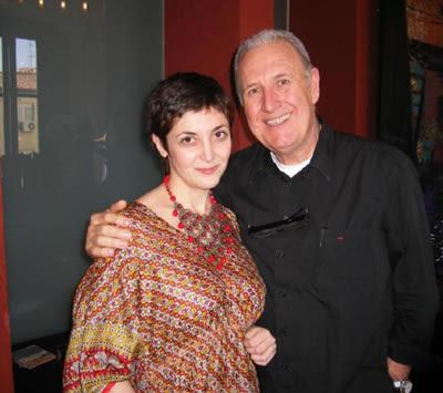 La escritora Espido Freire con sus sandalias amarillas de Paco Gil