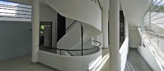 http://1.bp.blogspot.com/_VRJgso9Cyew/R_OlbhSpSOI/AAAAAAAACS4/Pp_zj_m7liE/s320/villa-savoye-circulation-in-every-direction.jpg