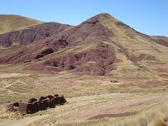 Mauk´a Llacta - Macari en el fondo se muestra el pequeño volcan