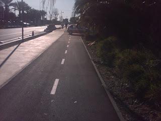 carril bici con coches aparcados