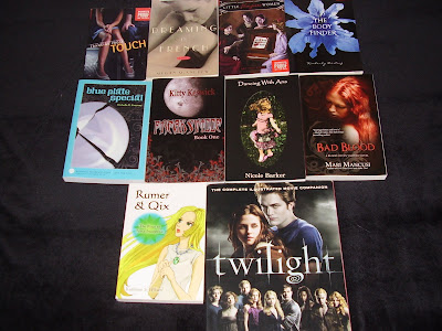 http://1.bp.blogspot.com/_V_fmUq6-_bs/S9yWs5MfNMI/AAAAAAAABfY/oIN36xRMH14/s1600/Box+of+Books+Giveaway.JPG