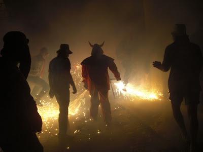 Correfoc a Finestrat: el bou dels Dimonis Enroscats