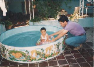 Gato d ser ni o chico y ba arse en piscinas de pl stico - Panales para piscina ...