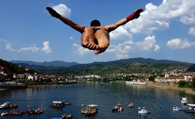 Un jóven salta desde el puente sobre el río Drina durante una competición de saltos en Visegrad. Foto:REUTERS/Stringer