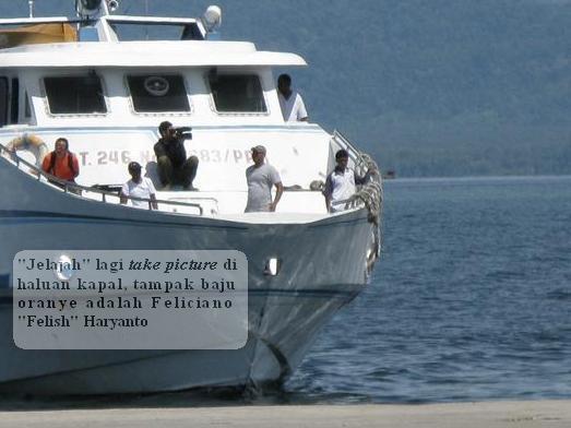 felish feliciano haryanto sutjito jelajah trans, lagi ambil gambar di kapal cepat, saat merapat di pelabuhan amahai masohi pulau seram