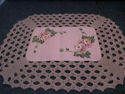 pintura de rosas em tapete eamborrachado com bico de croche