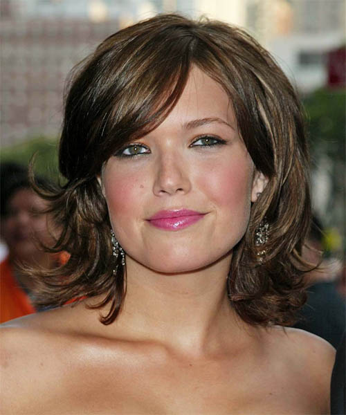 Hairstyles for diamond shape face. Elisha Cuthbert is wearing her hair in a