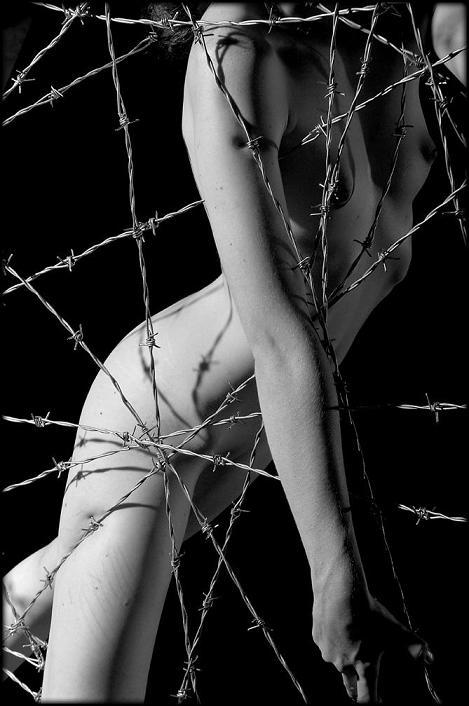 fotos eróticas mulheres arame farpado Adam Chilson fotografia arte