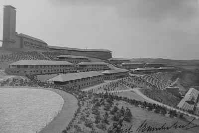 Фогельзанг (NS-Ordensburg Vogelsang) — один из орденсбургов, учебных лагерей для молодёжи НСДАП, построенных в 1936-39 гг. по приказу Гитлера. Занимает территорию 50 000 m² в национальном парке Айфель на окраине Шлайдена (земля Северный Рейн-Вестфалия).  После прихода нацистов к власти в 1933 году Роберт Лей по поручению фюрера занялся организацией учебных лагерей для партийной молодёжи — орденсбургов[1]. Всего было организовано три таких лагеря, а четвёртый планировалось разместить в средневековом замке Мариенбург. На занятиях в Фогельзанге упор делался на вопросах геополитики и расовой теории. Для слётов партийной молодёжи неподалёку был обустроен аэродром.  Когда началась Вторая мировая война, строители закладывали фундамент «Дома знаний» — грандиозной библиотеки периметром 100 на 300 метров. Работы было решено приостановить до окончания боевых действий. Во время войны на территории Фогельзанга действовал спортивный лагерь для гитлерюгенда. В 1940 и 1944 гг. здесь базировались силы вермахта. Здания пострадали от бомбардировок союзников.  После войны на протяжении 60 лет Фогельзанг использовался как учебный лагерь и полигон бельгийских и британских военных, расквартированных в ФРГ[2]. Благодаря этому хорошо сохранились и примеры нацистской архитектуры, и характерное для тех лет скульптурное убранство. С 2006 года территория лагеря открыта для свободного посещения всеми желающими. Планируется перевести сюда и администрацию национального парка Айфель.