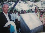Hnos. Alcalde Manuel Colom Argueta ( 1970 a 1974 ) Develan placa 1993