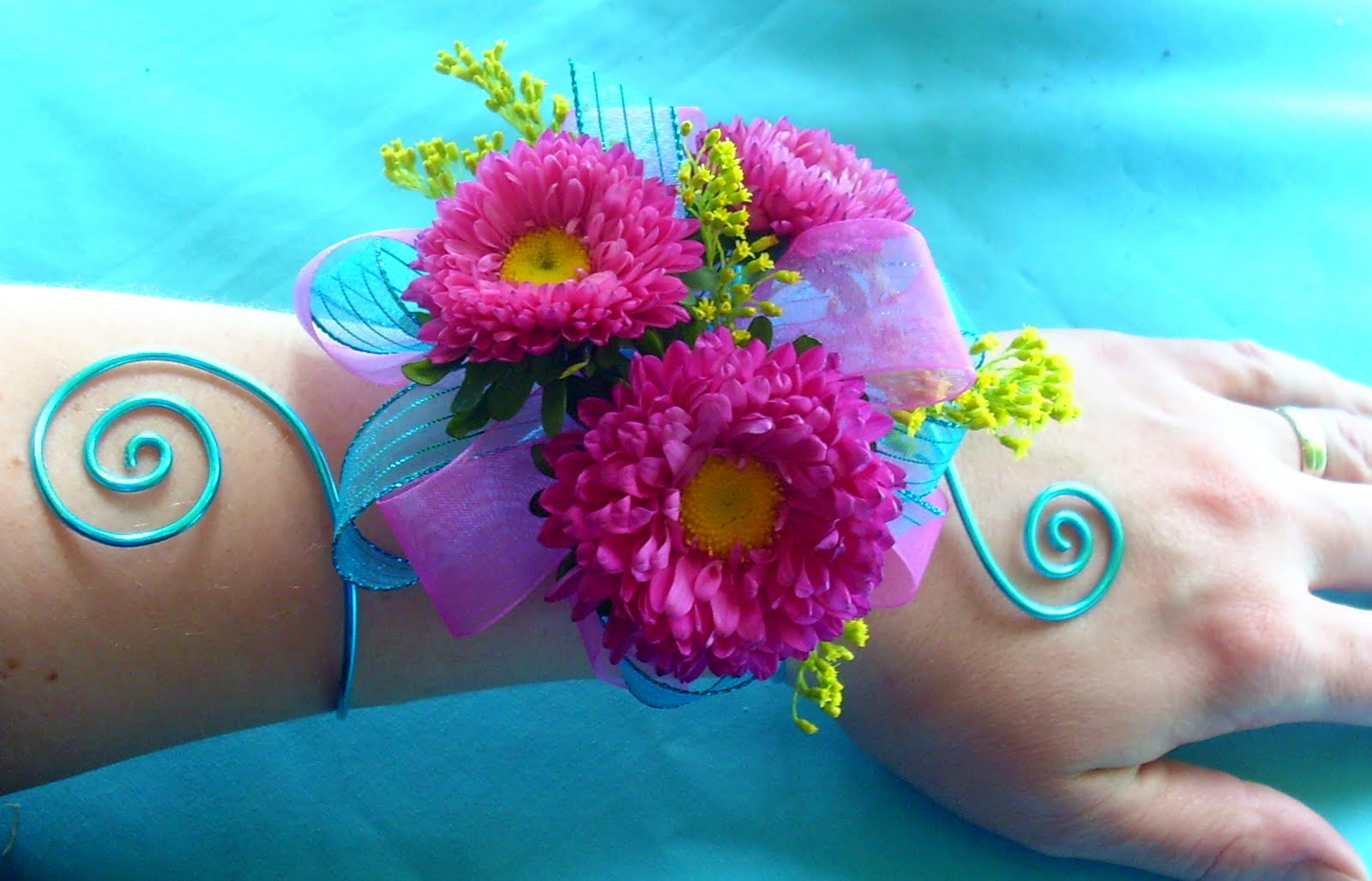 http://1.bp.blogspot.com/_VvQy1RggKnE/S9CTL6TD6MI/AAAAAAAAAB0/3WZFvtnY3-4/s1600/hot-pink-asters-turquoise-prom-wrist-corsage.jpg