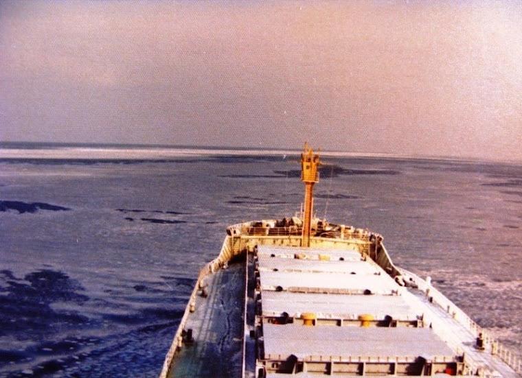 ... a navegar junto à costa Siberiana Oriental...