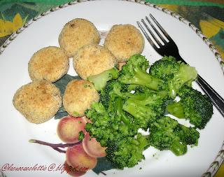 Polpettine di ricotta con contorno di broccoli al vapore