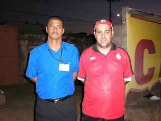 Machado Filho-camisa vermelha - ao lado de Gilson Brás