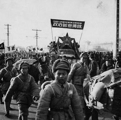 Tropas comunistas desfilando en Beijing