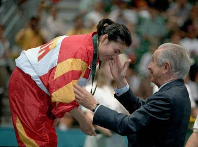 Atlanta 1996 - Deng Yaping recibiendo su medalla de manos del presidente del COI