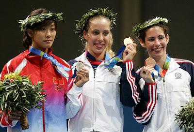 Atenas 2004 - Podium de sable individual femenino, con Mariel Zagunis, Tan Xue y Sada Jacobson