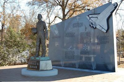 Monumento dedicado a Ronald McNair en Lake City (Carolina del Sur)