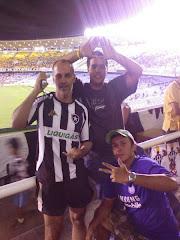 Meu irmão, meu filho e um amigo no Maracanã.