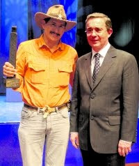 El entonces Presidente Alvaro Uribe entregando el reconocimiento para Otoniel Castañeda de 'Colombiano Ejemplar 2006' en el área de Cultura