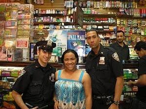 Chicas adoran fotos con policias de NY