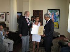 Entrega Diploma Valeria Schweitzer de Argentina