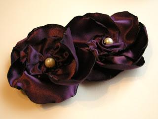 dwie mniejsze fioletowe broszki